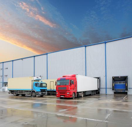 倉庫の建物に貨物トラック