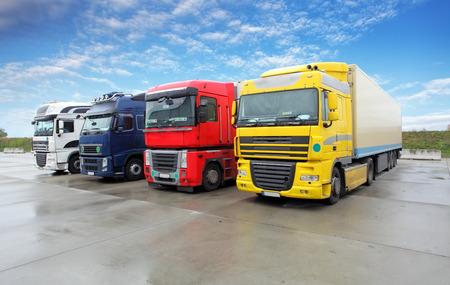 Vrachtwagen in magazijn - Cargo Transport Stockfoto