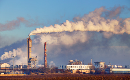 industria petroquimica: Fábrica con la contaminación del aire Foto de archivo