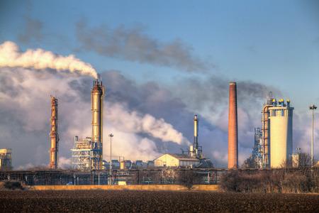 contaminacion aire: F�brica con la contaminaci�n del aire Foto de archivo