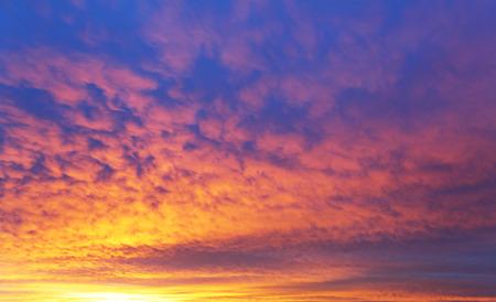 Ciel nuageux avec le lever du soleil spectaculaire Banque d'images