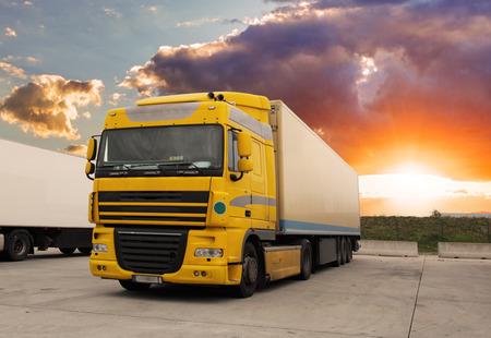 remolque: Transporte de carga con sol - Cami�n Foto de archivo