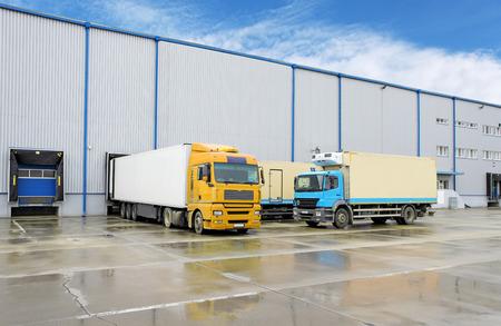 Truck in Lager - Fracht Transport Lizenzfreie Bilder