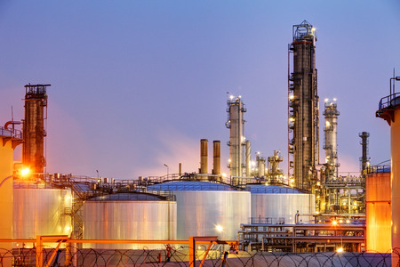 Pipes and tanks of oil refinery - factory 스톡 콘텐츠