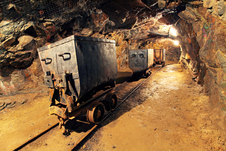 Důlní vozík v stříbro, zlato, dolu na měď