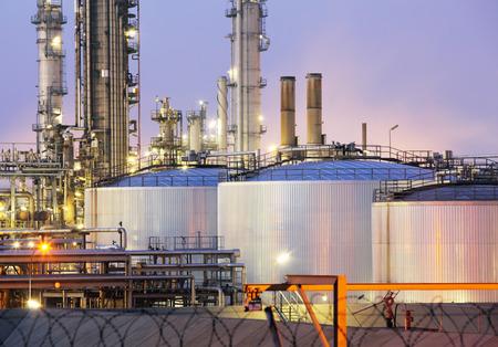 tanque de combustible: depósito de aceite en la noche Foto de archivo