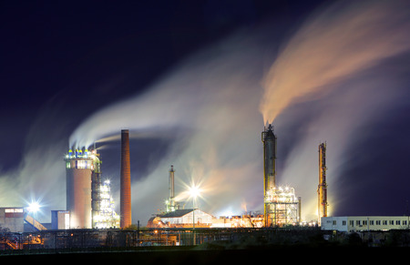contaminacion aire: Refinería de petróleo con vapor - industria petroquímica en la noche Editorial