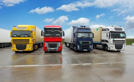 Truck in Lager - Fracht Transport Standard-Bild