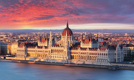 Budapešťský parlament na dramatické východu slunce Reklamní fotografie