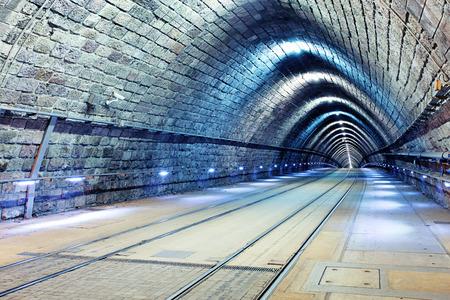 tunel: Túnel con el ferrocarril y el tranvía