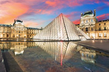 파리 프랑스 2015년 2월 9일 : 루브르 박물관은 세계에서 가장 큰 박물관과 역사적인 기념물입니다. 파리 프랑스의 중앙 랜드 마크입니다.