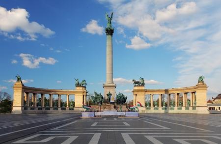 cuadrados: Plaza de los Héroes en Budapest Hungría Foto de archivo