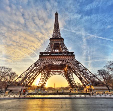 Široký záběr Eiffelovy věže s dramatickou oblohou Paříž Francie