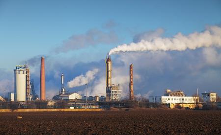 La raffinerie de pétrole avec de la vapeur - industrie pétrochimique. Banque d'images