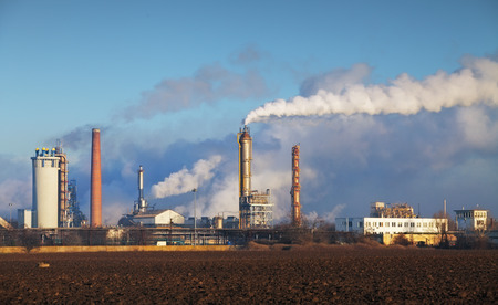 Ropné rafinérie s par - petrochemického průmyslu. Reklamní fotografie