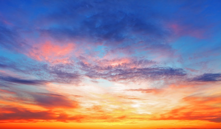 ciel avec nuages: Texture de lumineux ciel du soir au coucher du soleil Banque d'images