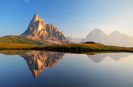 Horské jezero odraz Dolomity Passo Giau