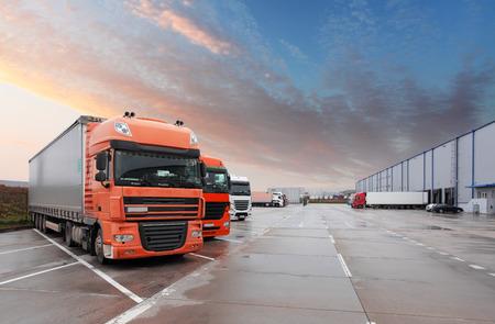 transport: Vrachtwagen in magazijn - Cargo Transport Stockfoto
