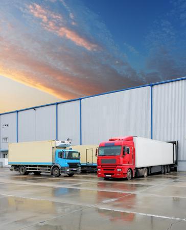 carga: Muelles de carga en almacén con camión Foto de archivo