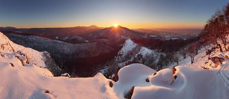 montañas nevadas: la puesta del sol en invierno paisaje de montaña - Eslovaquia