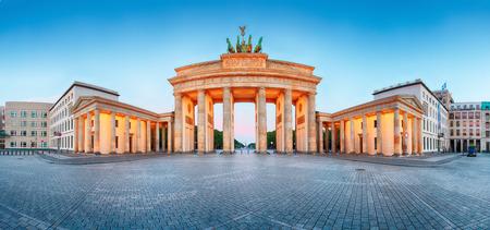 Brandenburger Tor Porte de Brandebourg panorama, célèbre monument à Berlin en Allemagne pendant la nuit