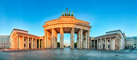 portones: Panorama de la puerta de Brandenburgo durante el amanecer en Berlín, Alemania