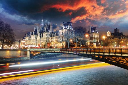 オテル ・ ド ・ ヴィル - 夜のパリ市庁舎