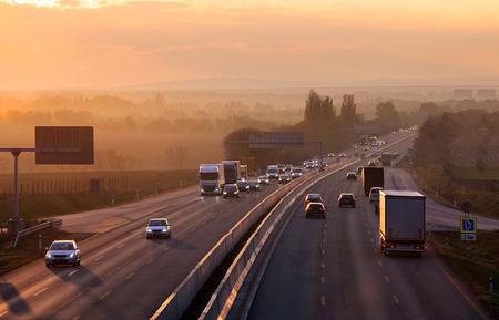 Snelweg vervoer met auto's en vrachtwagen