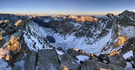 landschap: Landschap van hoge berg met meer en de hoge piek Stockfoto
