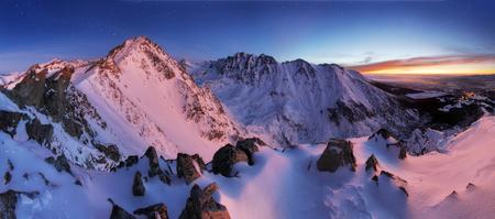 夜、スロバキアのタトラ山脈冬の山のパノラマ風景