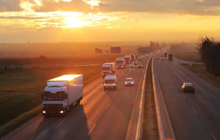 ciężarówka: Transport Autostrada z samochodów osobowych i ciężarowych Zdjęcie Seryjne