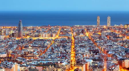 aerial: horizonte de Barcelona, ??vista aérea por la noche, España Foto de archivo
