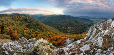 Bergpanorama in Slowakije - Kleine Karpaten Stockfoto