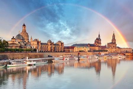 Dresden, Deutschland Skyline mit Elbe