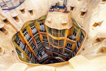 Barcelona: BARCELONA, SPAIN - 9 février 2016: Gros plan de la Casa Mila La Pedrera à Barcelone, en Catalogne. House a été construite en 1905-1910 par l'architecte catalan Antoni Gaudi.