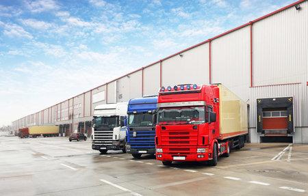 remolque: Camión en la descarga en almacén