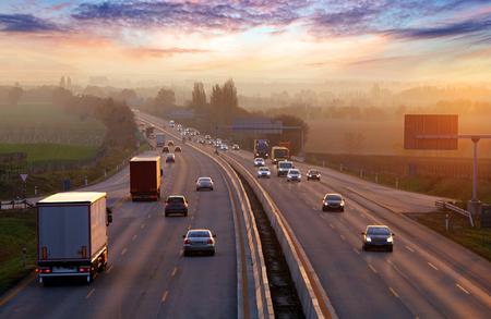 Le trafic sur l'autoroute avec des voitures. Banque d'images