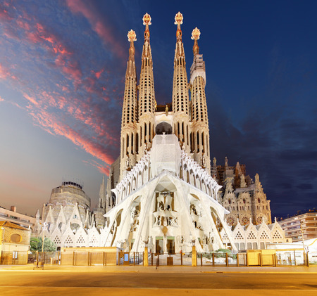 BARCELONA, Spanien - 10. Februar 2016: Kirche Sagrada Familia in Barcelona. Die Antoni Gaudi Meisterwerk wurde 1984 zum UNESCO-Weltkulturerbe geworden.