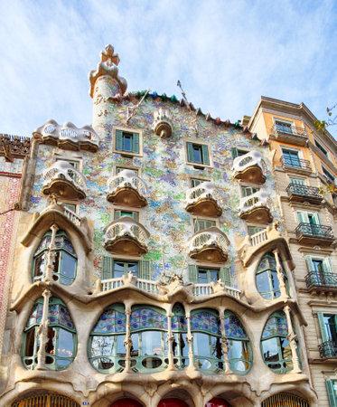 BARCELONA - FABRUARY 9: De gevel van het huis Casa Battlo (kon ook het huis van botten) door Antoni Gaudi ontworpen met zijn beroemde expressionistische stijl op 9 februari 2016 in Barcelona, Spanje Redactioneel
