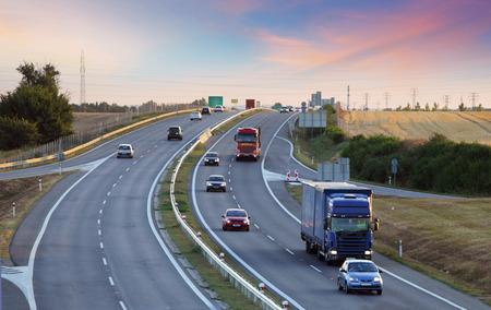 Le transport routier avec des voitures et des camions Banque d'images