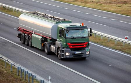 aljibe: Camión cisterna en la carretera
