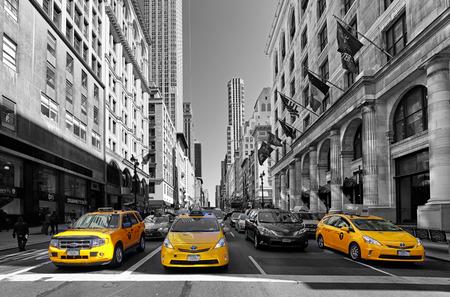 NEW YORK - 15.dubna: Žlutá taxi jezdí na 5th Avenue dne 15. dubna 2016 v New Yorku, USA. 5th Avenue je hlavní silnice z Manhattanu, nejdražší obchody a Apartmány se nachází zde