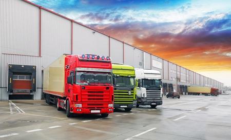 倉庫、貨物輸送でトラック