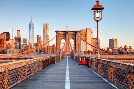 New York City-Brooklyn-Brücke in Manhattan Closeup mit Wolkenkratzern und die Skyline der Stadt über Hudson River.