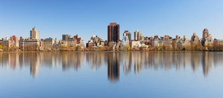 Central Park reservoir and Manhattan cityscape Stock Photo