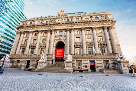 alexander hamilton: NEW YORK - 15 aprile 2016: Il Museo Nazionale degli Indiani d'America si trova all'interno dello storico Alexander Hamilton US Custom House.