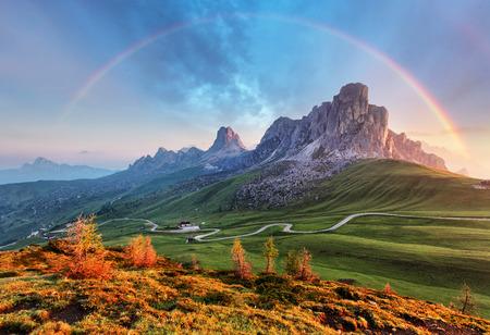 Krajina přírody mountan v Alpách s duhou Reklamní fotografie