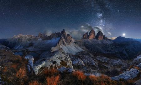 Paisaje de los Alpes de montaña con el cielo nocturno y la forma en mliky, Tre Cime di Lavaredo, dolomías