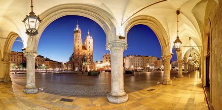 Cracovie, la place du marché de Cracovie la nuit, la cathédrale, la Pologne