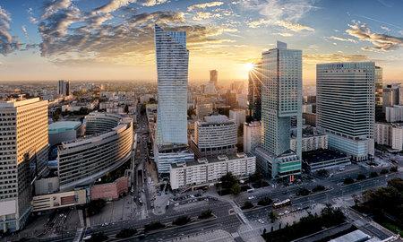Warschau stad met moderne wolkenkrabber bij zonsondergang, Polen